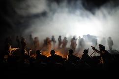 Concept de guerre Silhouettes militaires combattant la scène sur le fond de ciel de brouillard de guerre, silhouettes de soldats  Photo stock