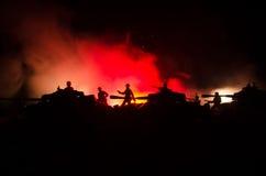 Concept de guerre Silhouettes militaires combattant la scène sur le fond de ciel de brouillard de guerre, silhouettes de soldats  Image libre de droits