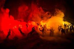 Concept de guerre Silhouettes militaires combattant la scène sur le fond de ciel de brouillard de guerre, silhouettes de soldats  Photo libre de droits
