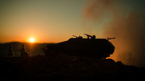 Concept de guerre Silhouettes militaires combattant la scène sur le fond de ciel de brouillard de guerre, silhouettes de soldats  Photographie stock libre de droits