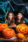 Concept de Halloween - belle mère caucasienne de plan rapproché et sa fille dans des costumes de sorcière célébrant la pose de Ha photographie stock
