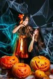 Concept de Halloween - belle mère caucasienne de plan rapproché et sa fille dans des costumes de sorcière célébrant la pose de Ha image libre de droits