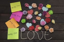 Concept de harcèlement sexuel La vue supérieure du message imitation écrite dans les autocollants colorés sur un amour knoted le  Image stock
