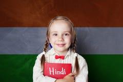 Concept de hindi avec la petite étudiante contre le drapeau d'Inde photo libre de droits