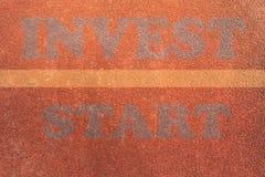Concept de investissement extérieur d'athlétisme de tapis roulant prêt à laisser le point de départ photographie stock libre de droits