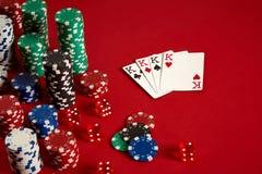 Concept de jeu d'équipement et de divertissement de tisonnier de casino - fermez-vous de jouer des cartes et des puces au fond ro Photo libre de droits