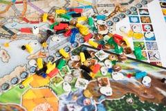 Concept de jeu de société beaucoup de chiffres, de matrices et de pièces de monnaie de gisement de jeu de société image stock
