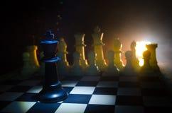concept de jeu de société d'échecs de concep d'idées d'affaires et d'idées de concurrence et de stratégie Les échecs figurent sur Photographie stock