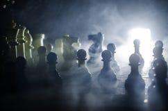 concept de jeu de société d'échecs de concep d'idées d'affaires et d'idées de concurrence et de stratégie Les échecs figurent sur Photos stock