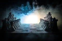 concept de jeu de société d'échecs de concep d'idées d'affaires et d'idées de concurrence et de stratégie Les échecs figurent sur Images stock