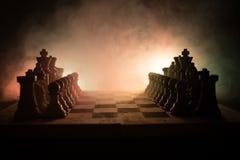 concept de jeu de société d'échecs de concep d'idées d'affaires et d'idées de concurrence et de stratégie Les échecs figurent sur Photos libres de droits
