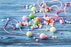 Concept de Jewerly, macro des perles sur la table photos stock