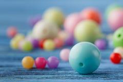 Concept de Jewerly, macro des perles sur la table images stock