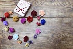 Concept de jour d'amants Boîte-cadeau avec le groupe de roses en forme de coeur sur la table en bois Vue supérieure avec l'espace Images stock