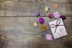 Concept de jour d'amour Boîte-cadeau avec le groupe de roses au-dessus de table en bois Vue supérieure avec l'espace de copie Image stock