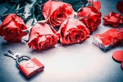 Concept de jour d'amour et de valentines Fermez-vous des beaux roses rouges, cadeau, serrure et clés, endroit pour le texte Dispo photo libre de droits