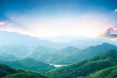Concept de jour d'environnement du monde : Montagnes vertes et beaux nuages de ciel sous le ciel bleu photographie stock