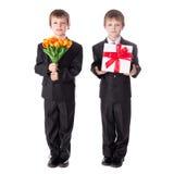 Concept de jour de mères - deux petits garçons mignons jumelle dans les affaires su Image stock