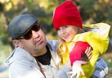 Concept de jour de pères de fille et de père dehors Photographie stock