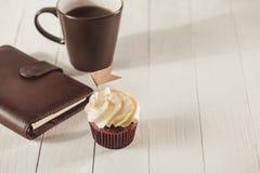 Concept de jour de pères Petit gâteau et tasse créatifs délicieux de coffe Photo libre de droits