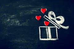 Concept de jour du ` créatif s d'amour ou de Valentine avec le boîte-cadeau et le coeur Photo libre de droits