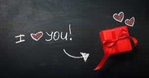 Concept de jour du ` créatif s d'amour ou de Valentine avec le boîte-cadeau et le coeur Image stock