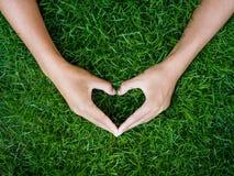 Concept de jour du ` s d'amour et de Valentine main masculine dans la forme du coeur dessus Photographie stock libre de droits