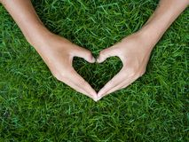 Concept de jour du ` s d'amour et de Valentine main masculine dans la forme du coeur dessus Photos stock