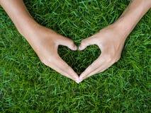 Concept de jour du ` s d'amour et de Valentine main masculine dans la forme du coeur dessus Photo libre de droits
