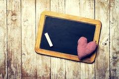 Concept de jour du ` s d'amour ou de Valentine avec le tableau et la peluche rouge il Photos libres de droits