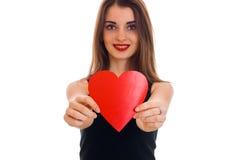 Concept de jour du ` s de Valentine Amour Jeune belle fille avec le coeur rouge d'isolement sur le fond blanc dans le studio Photo libre de droits
