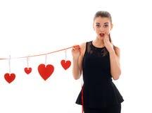 Concept de jour du ` s de Valentine Amour Jeune fille attirante avec le coeur rouge d'isolement sur le fond blanc dans le studio Photos libres de droits
