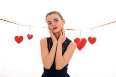 Concept de jour du ` s de Valentine Amour Jeune fille avec le coeur rouge d'isolement sur le fond blanc dans le studio Photos stock