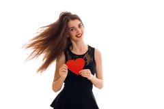 Concept de jour du ` s de Valentine Amour Jeune fille de beauté avec le coeur rouge d'isolement sur le fond blanc dans le studio Photos stock