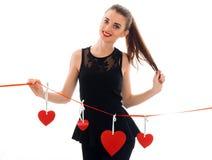 Concept de jour du ` s de Valentine Amour Jeune fille gaie avec le coeur rouge d'isolement sur le fond blanc dans le studio Photo libre de droits