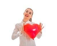 Concept de jour du ` s de Valentine Amour Jeune fille heureuse avec le coeur rouge d'isolement sur le fond blanc dans le studio Photo libre de droits