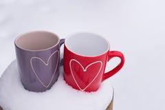 Concept de jour du ` s de Valentine avec des coeurs et des tasses au-dessus de nature Images stock