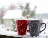 Concept de jour du ` s de Valentine avec des coeurs et des tasses au-dessus de nature Photo stock