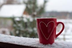 Concept de jour du ` s de Valentine avec des coeurs et des tasses au-dessus de nature Image stock