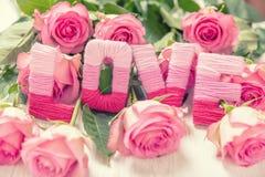 Concept de jour du ` s de Valentine avec l'amour et les fleurs Photos libres de droits