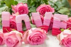 Concept de jour du ` s de Valentine avec l'amour et les fleurs Photo stock