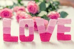 Concept de jour du ` s de Valentine avec l'amour et les fleurs Photographie stock libre de droits