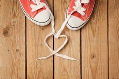 Concept de jour du ` s de Valentine avec la dentelle et les chaussures de forme de coeur Images stock