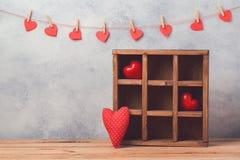 Concept de jour du ` s de Valentine avec les formes de coeur et la boîte en bois Images stock