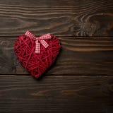 Concept de jour du ` s de Valentine Coeurs en osier sur le backgro en bois foncé Image libre de droits