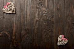 Concept de jour du ` s de Valentine Coeurs en osier sur le backgro en bois foncé Images stock
