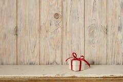 Concept de jour du ` s de Valentine Petit boîte-cadeau avec le ruban rouge sur la lumière Image stock