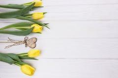 Concept de jour du ` s de Vanlentine Tulipes et coeur jaunes Photographie stock