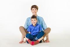 Concept de jour du ` s de mère : Mère et fils de sourire heureux Images stock