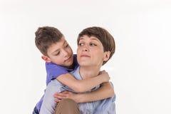 Concept de jour du ` s de mère : Mère et fils de sourire heureux Photo stock